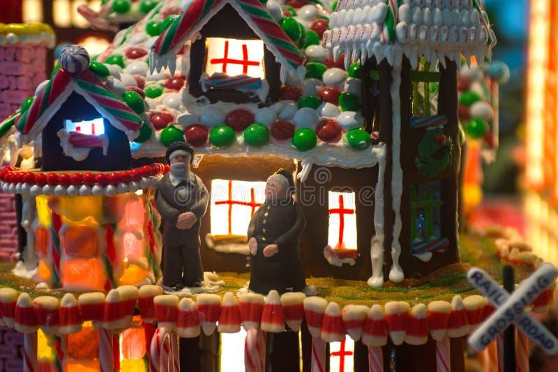 Дом пряника с старым человеком пар и женщина стоят в стоковое фото