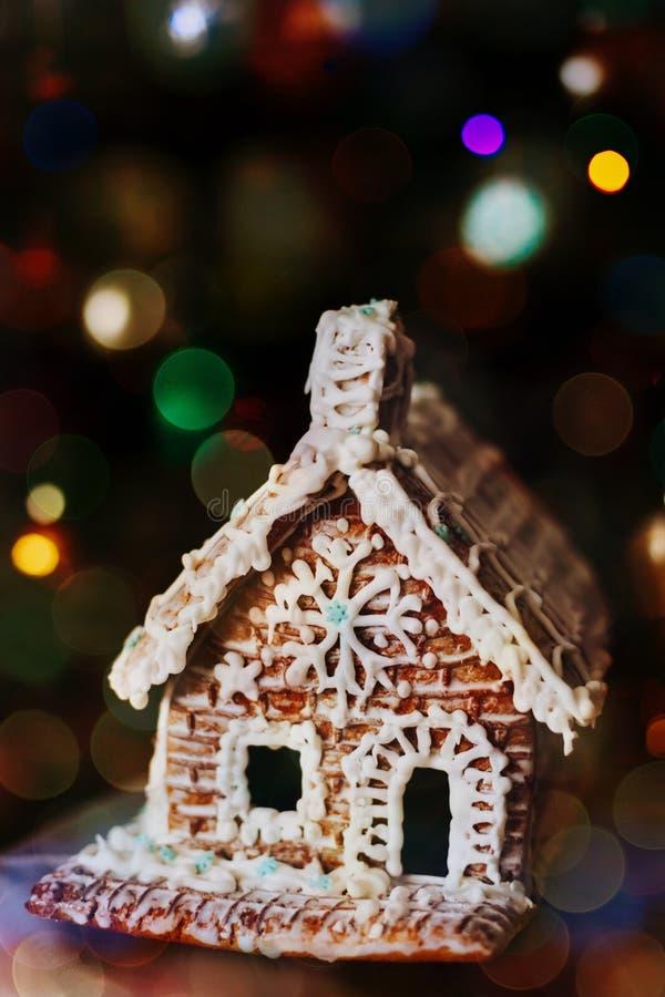 Дом пряника DIY с замороженностью стоковые фото