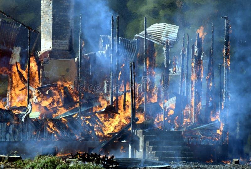 Дом разрушенная пожаром стоковое изображение rf