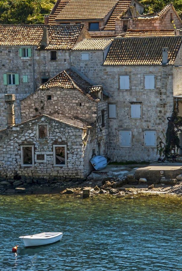 Дом руин около моря стоковое фото rf