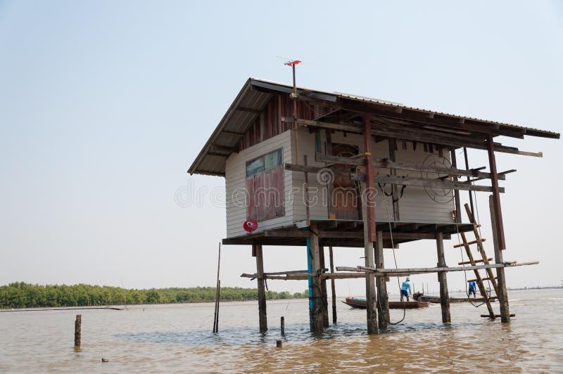 Дом рыболова в середине моря стоковая фотография rf
