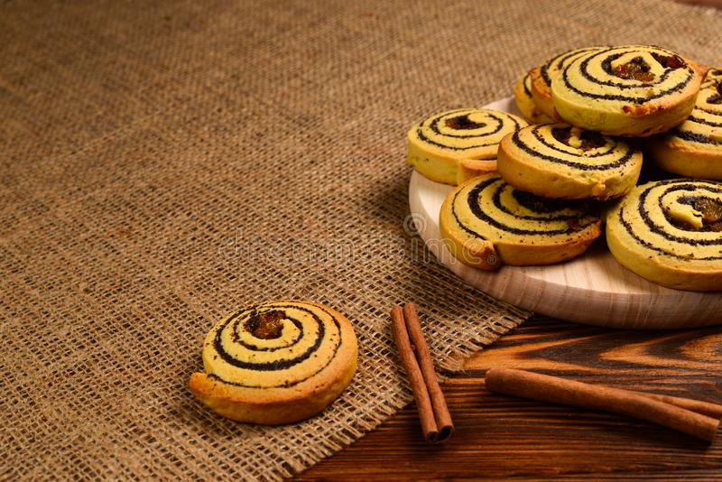Дом сделал испеченные печенья с изюминками и маковыми семененами Космос для текста или дизайна стоковое изображение