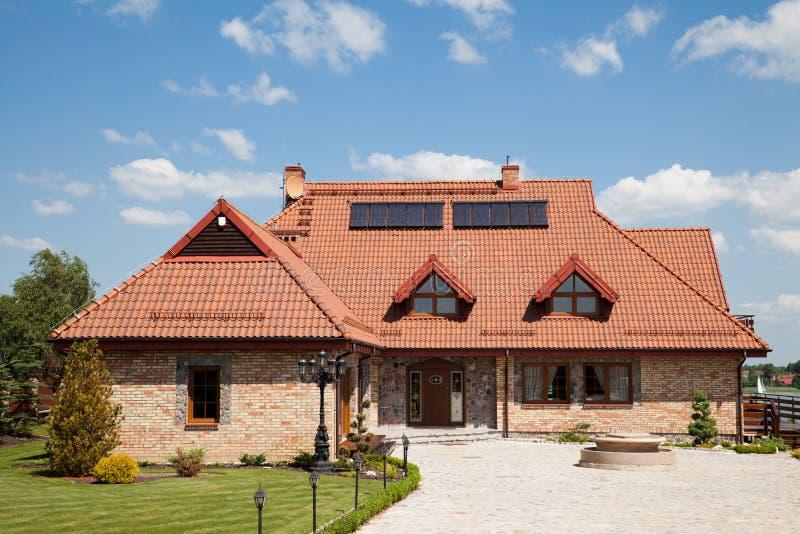 дом семьи кирпича одиночная стоковое изображение