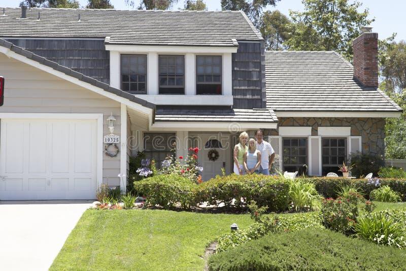 дом семьи снаружи там стоковые изображения rf