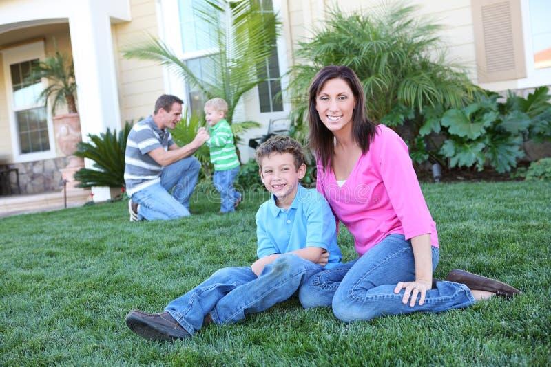 Download дом семьи счастливый стоковое изображение. изображение насчитывающей семья - 6856661