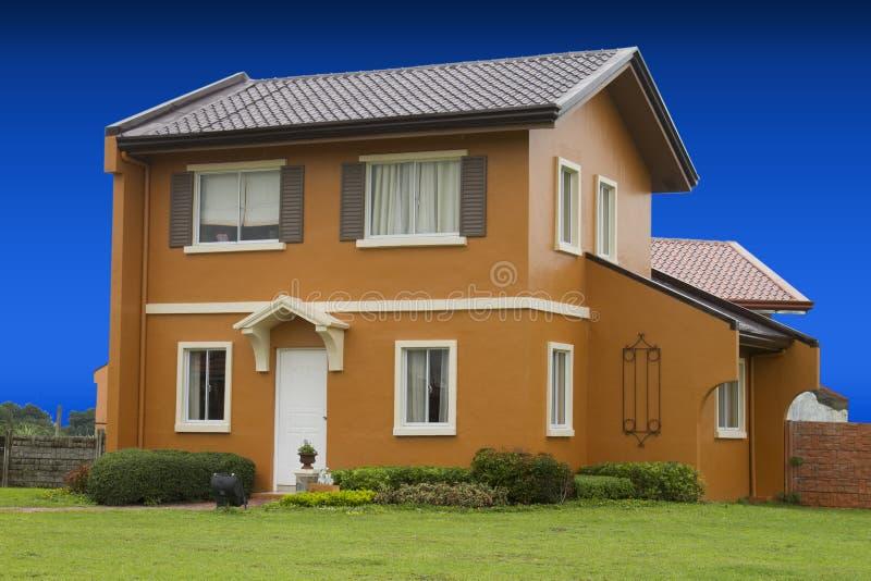 Дом строки для массового снабжения жилищем с славной предпосылкой голубого неба стоковые изображения rf