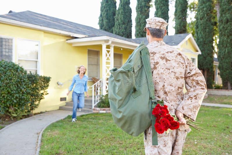 Дом супруга супруги приветствующий на разрешении армии стоковые фотографии rf