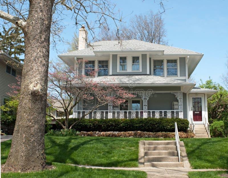 Дом с богато украшенным крылечком стоковое фото rf