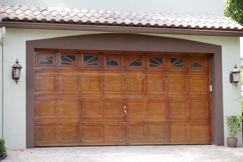 Дом с гаражом стоковые фотографии rf