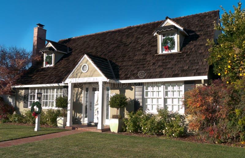 Дом с деревянной крышей и 2 окнами чердака стоковое фото rf