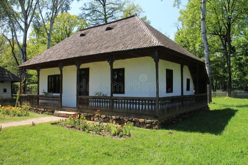 Дом с крышей гонта в музее деревни Dimitrie Gusti национальном в Бухаресте стоковые изображения rf