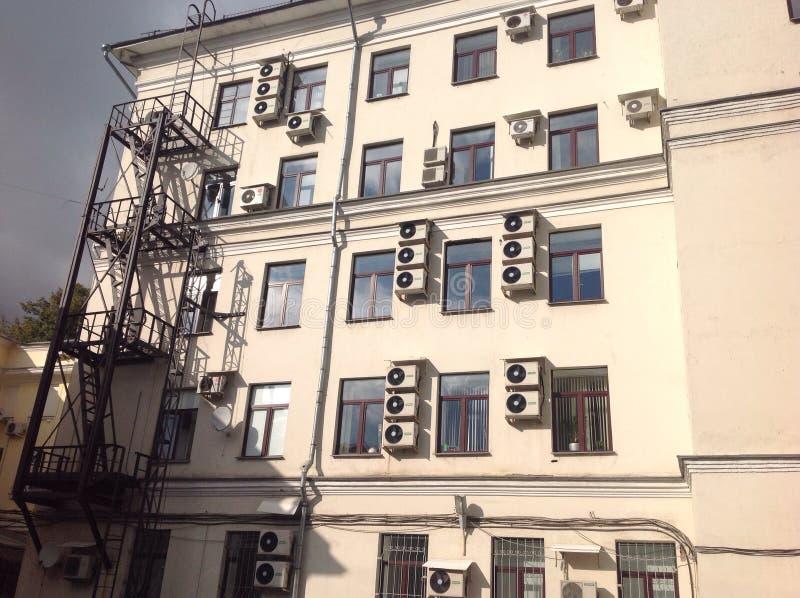 Дом с окнами стоковое изображение