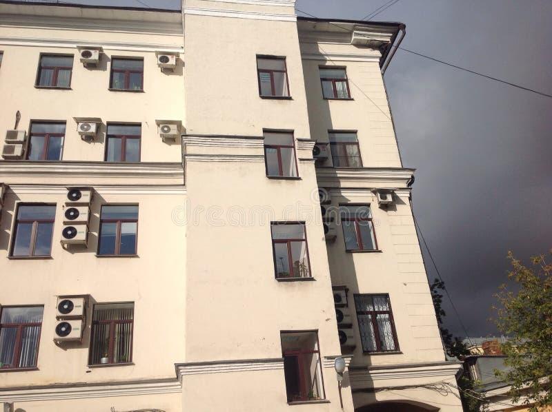 Дом с окнами стоковые изображения