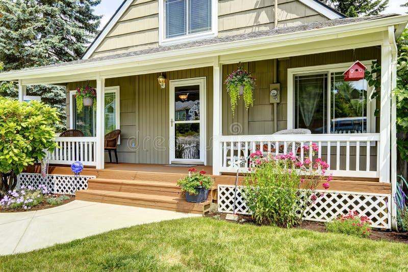 Дом с уютным крылечком входа стоковая фотография rf