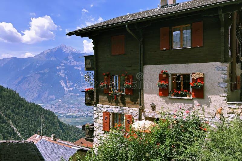Дом с цветками стоковое фото rf