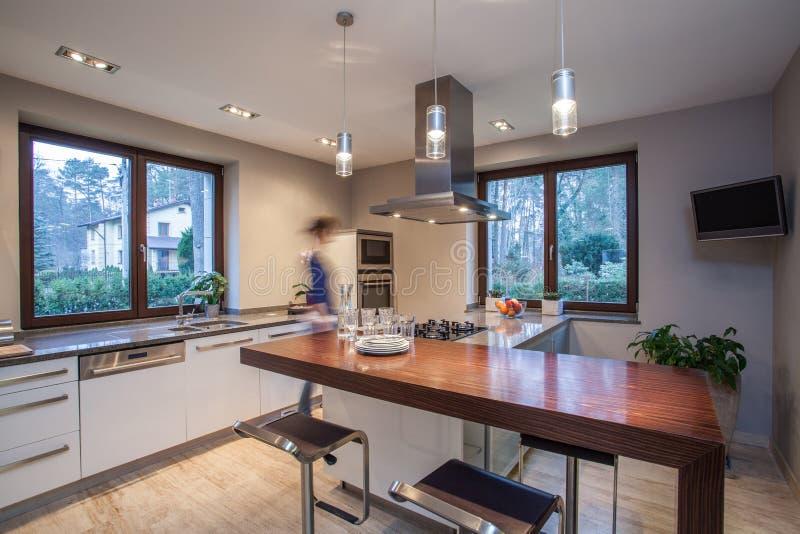 Дом травертина - стильная кухня стоковые фото