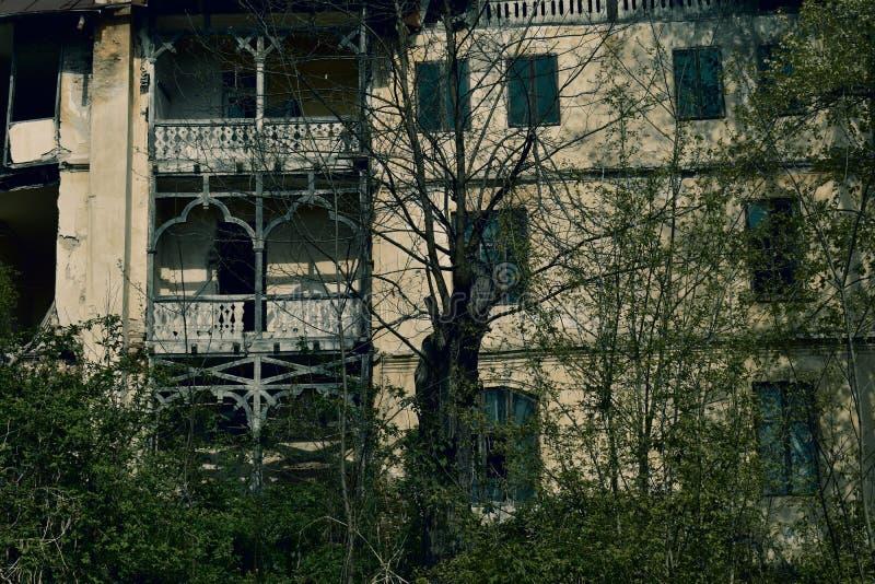 Дом ужаса в темной драматической атмосфере стоковое изображение rf