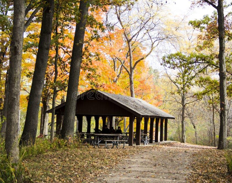 Дом укрытия в парке Мичигана во время осени стоковые фотографии rf