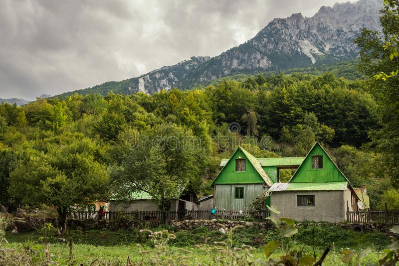 Дом фермы в албанских горных вершинах, северной Албании стоковое изображение rf