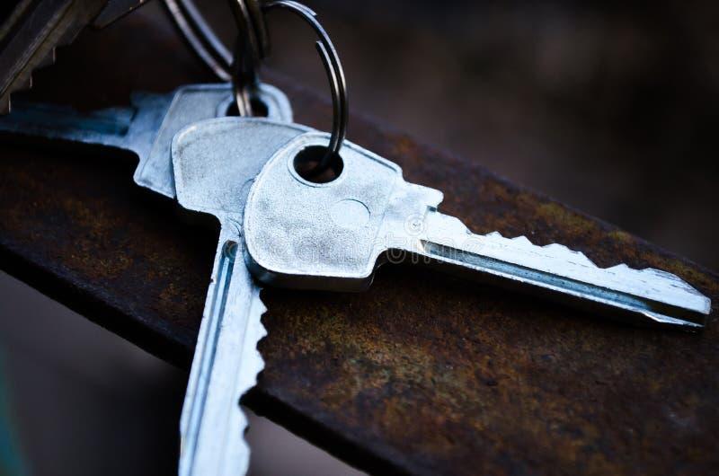 дом фокуса имущества предпосылки агента gviving изолировала риэлтор нового владельца ключей реальный к белизне Ключи пук пользует стоковые изображения