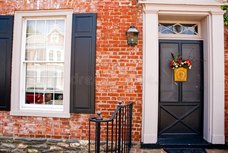 дом фронта двери кирпича стоковое фото