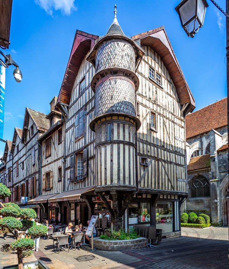 Дом хлебопеков Turreted средневековый в историческом центре Труа с половиной timbered здания стоковые изображения rf