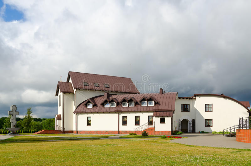 Дом церков на церков Pokrovo-Николаса, Klaipeda, Литве стоковая фотография rf