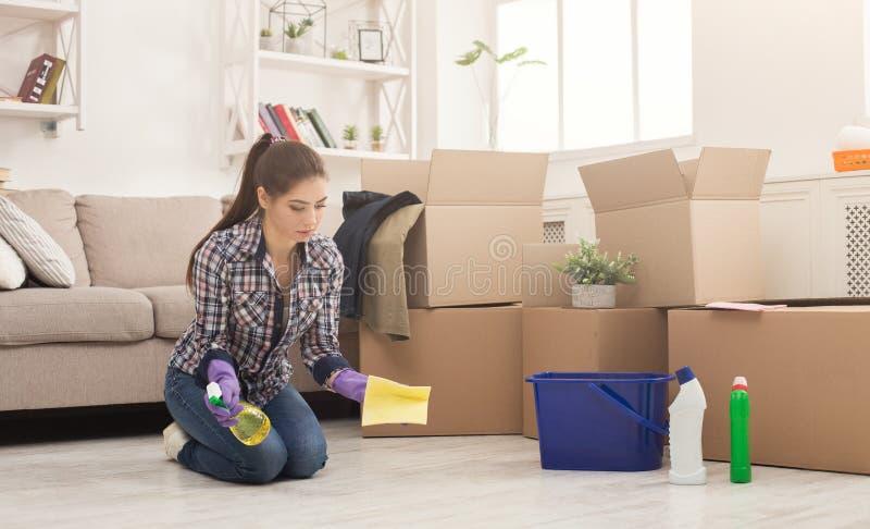 Дом чистки молодой женщины с mop стоковая фотография rf