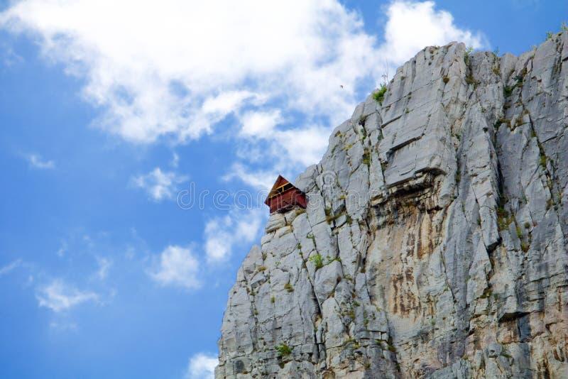 Дом для альпинистов в скалах Lakatnik стоковое изображение