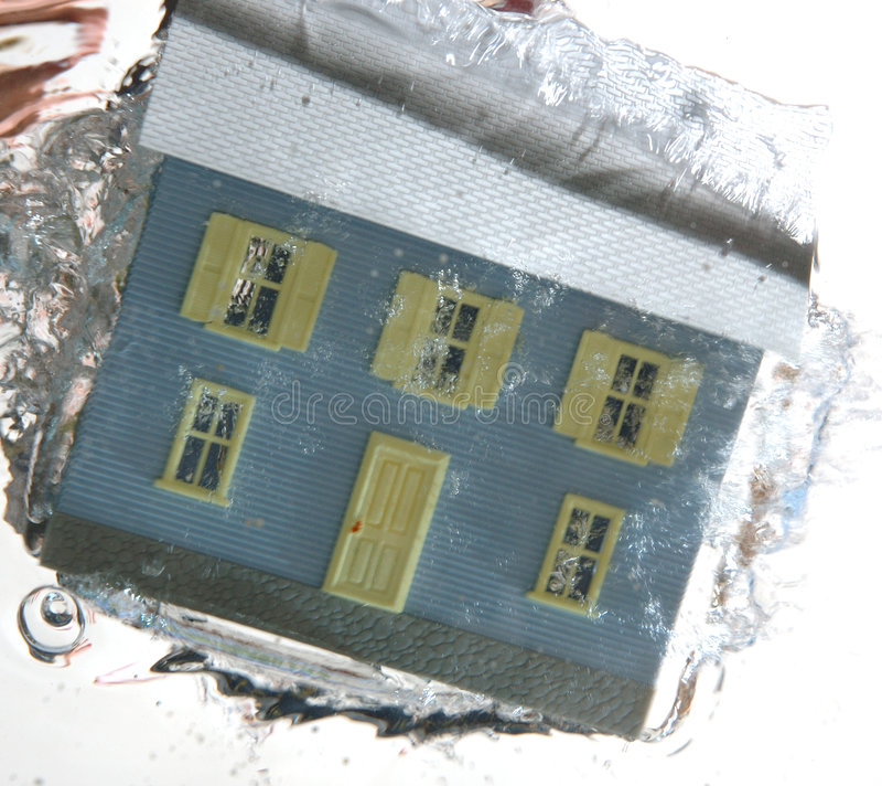 дом 2 под водой стоковые изображения rf