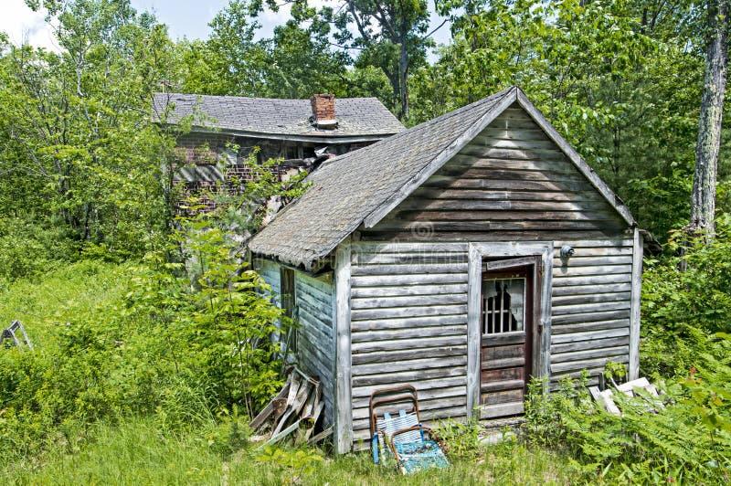 Дом Abanded в Нью-Хэмпширский древесинах стоковые изображения