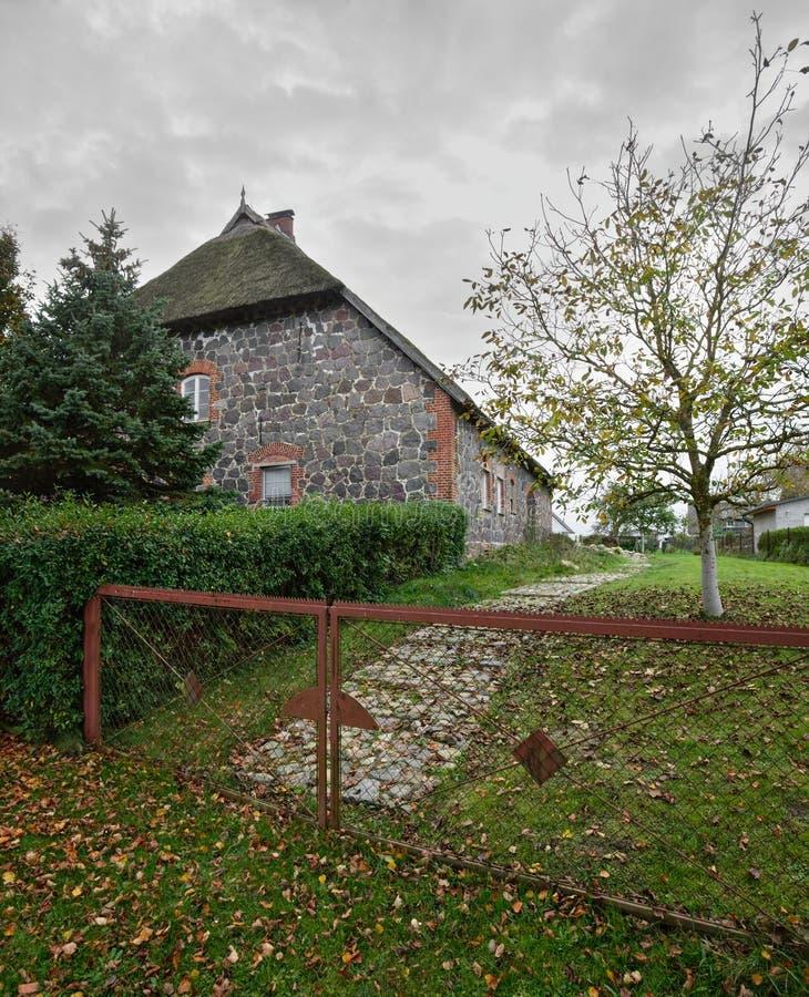 Дом fieldstone крыши Reed перечислил как памятник в Moeckow, Германии стоковые изображения rf