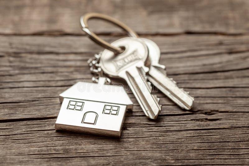 Дом Keychain с ключами на старых деревянных досках стоковые изображения