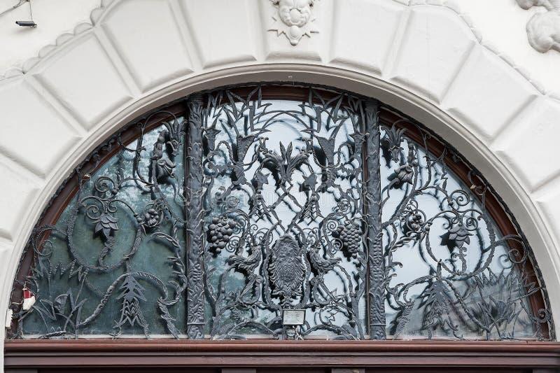 Дом Nouveau искусства с богато украшенной решеткой виноградин Львова, Украины стоковая фотография rf
