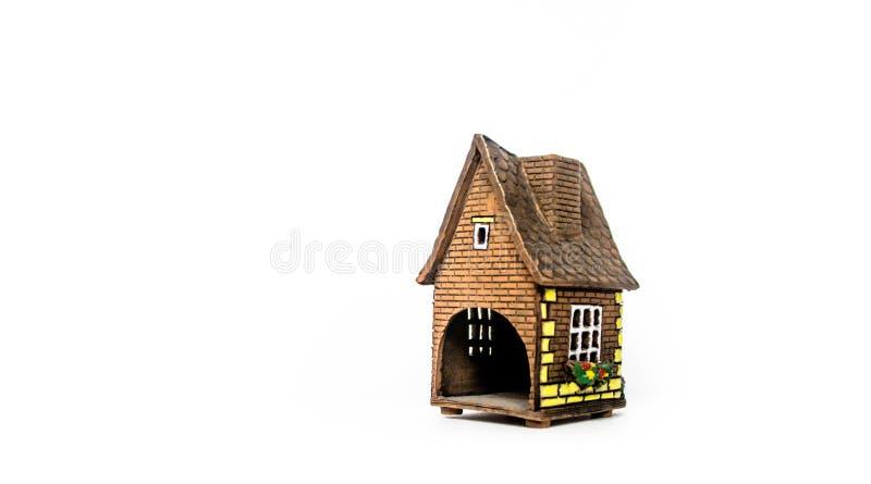 Дом ` s Нового Года на фоне ветвей ели стоковые фото