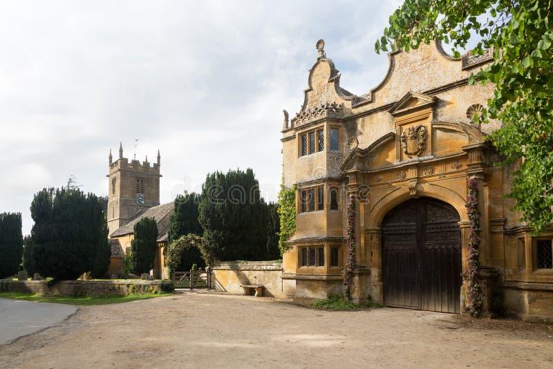 Дом Stanway и церковь Stanton St Peters стоковые изображения