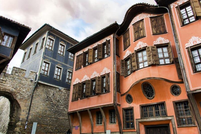 Дом Tipical болгарский деревенский красный на каменной улице стоковое фото