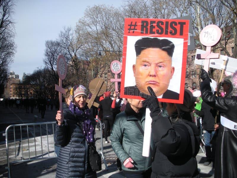 Дональд Трамп как иллюстрация Jong-ООН Ким, ` s NYC -го март женщин, NY, США стоковое изображение rf