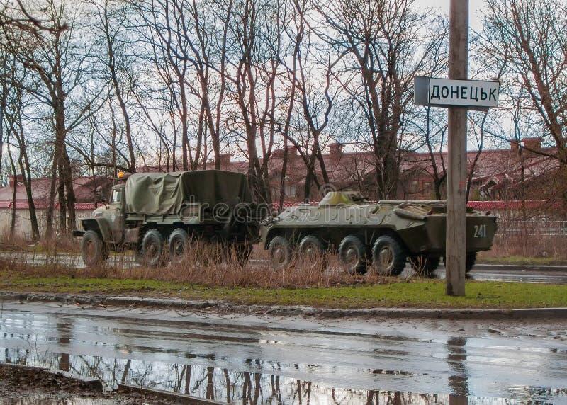 Донецк, Украина - 4-ое апреля 2015: Воинские сепаратисты оборудования на входе к Донецку стоковая фотография rf
