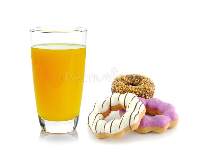 Донут и апельсиновый сок на белой предпосылке стоковые фотографии rf