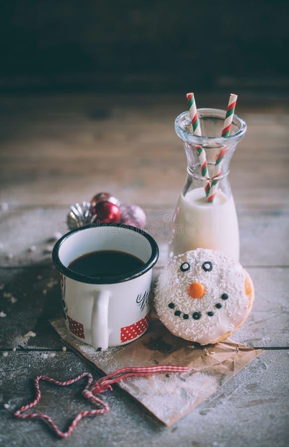 Донут рождества с молоком и кофе стоковая фотография rf