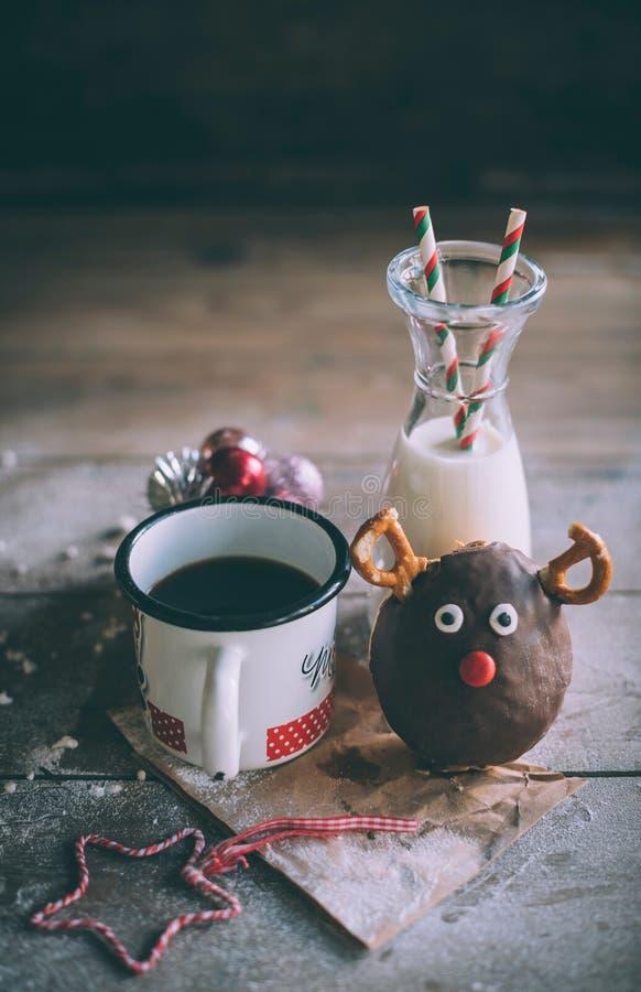 Донут рождества с молоком и кофе стоковые фотографии rf
