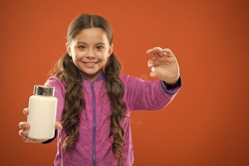 Дополнения витамина взятия Съешьте здоровое питание Питательное тело помощи диеты здорово Таблетка и пластмасса владением волос д стоковая фотография