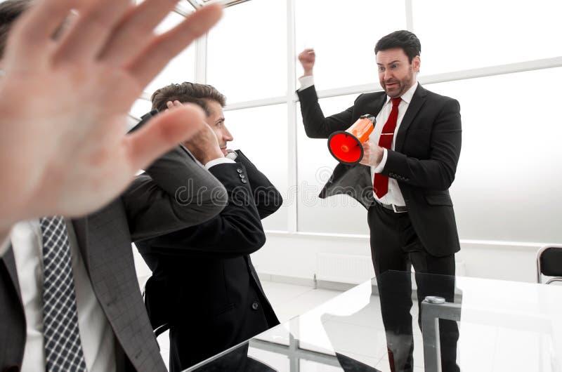 дополнительная форма дела предпосылки работники слушают к их боссу стоковое изображение rf