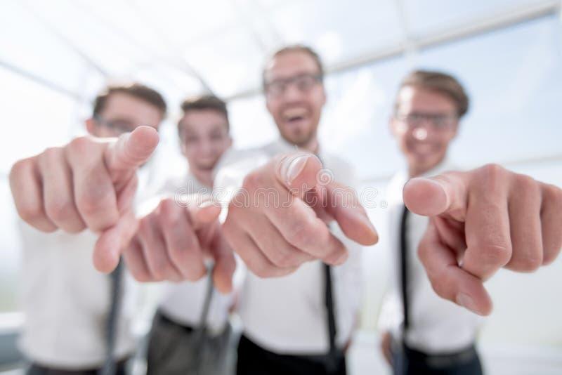 дополнительная форма дела предпосылки счастливые работники указывая на вас стоковое фото rf