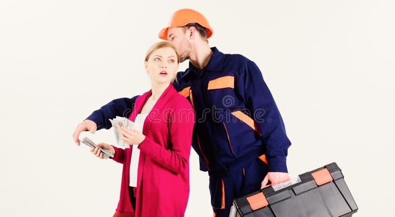 Дорогая концепция обслуживания Оплата клиента женщины к человеку в шлеме стоковая фотография rf
