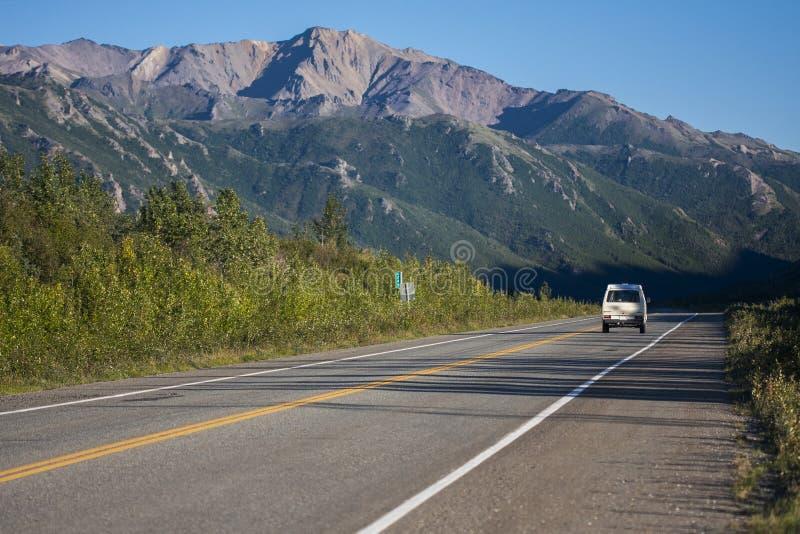 Дорога Аляски Шоссе Denali в красивой погоде стоковое фото