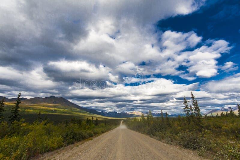 Дорога Аляски Шоссе Denali в красивой погоде стоковое изображение