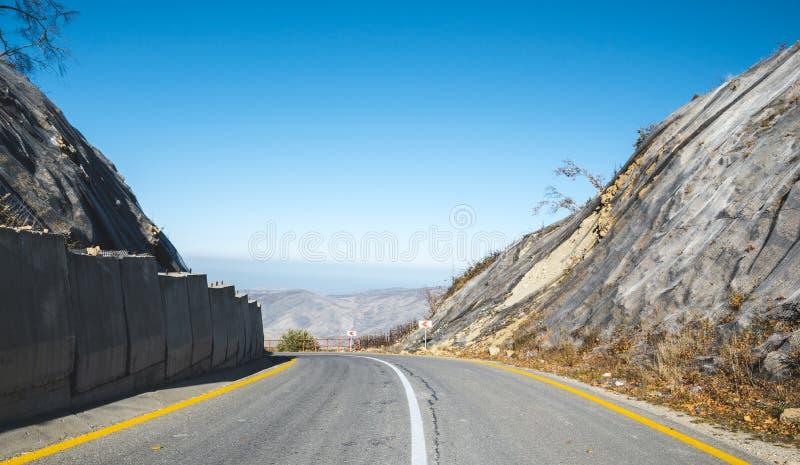 Дорога асфальта в горах, защищенных от оползней стоковое изображение