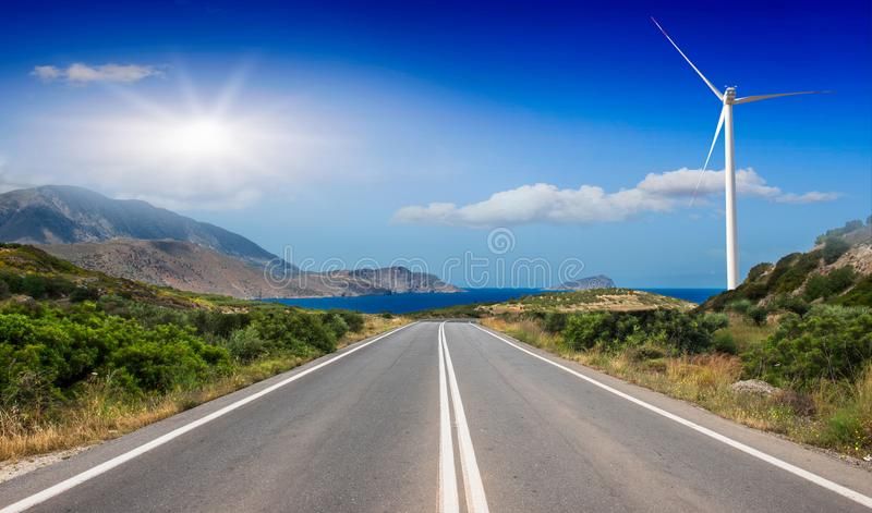 Дорога асфальта между низкими горами к морю стоковые фотографии rf